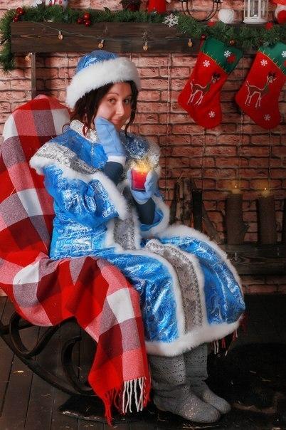 Снегурочка сидит на стуле.
