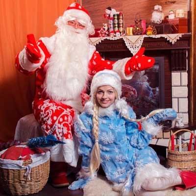 Снегурочка и Дед Мороз в ожидании.